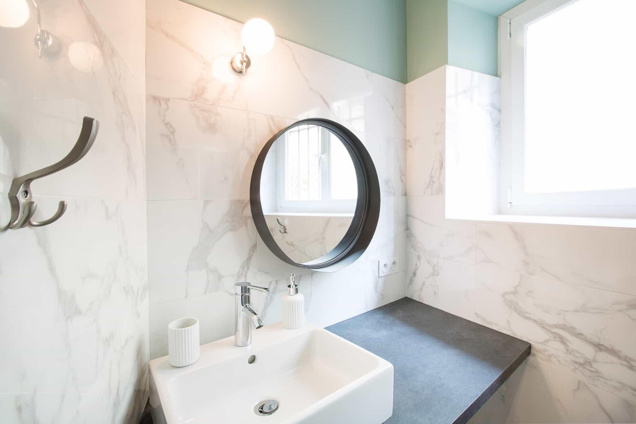 casa de banho com espelho redondo