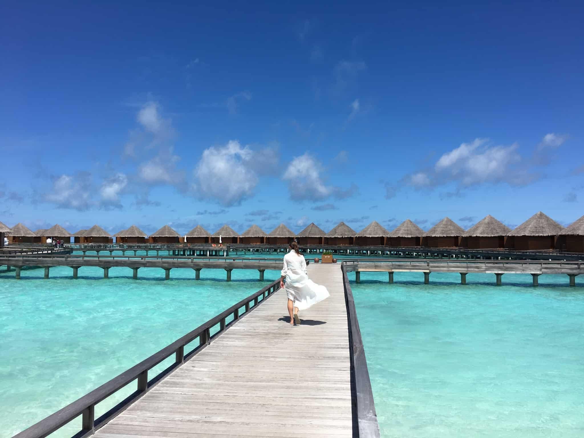 passeio de estacas de madeira em cima de praia das maldivas