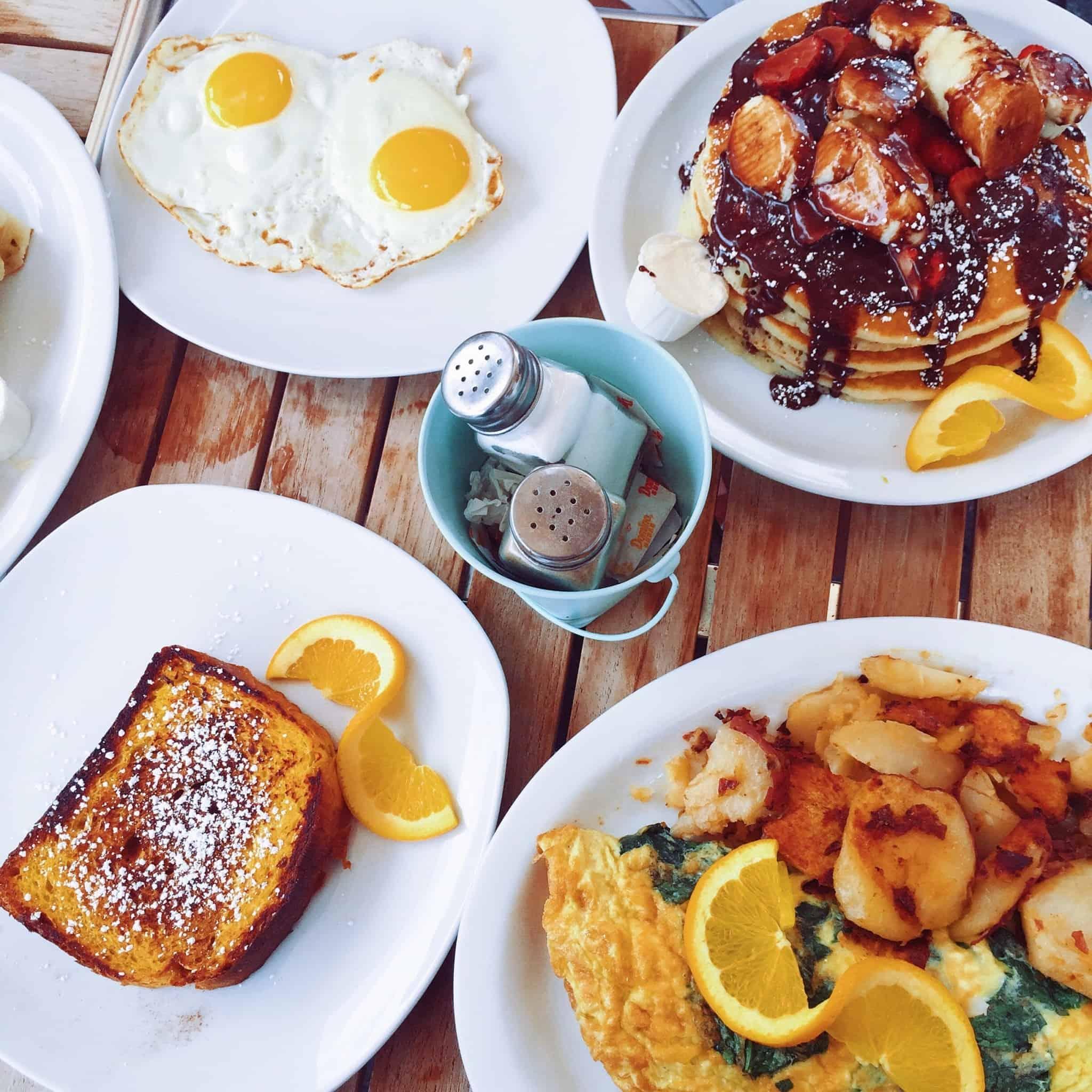 pequeno almoço com french toast panquecas e ovos estrelados