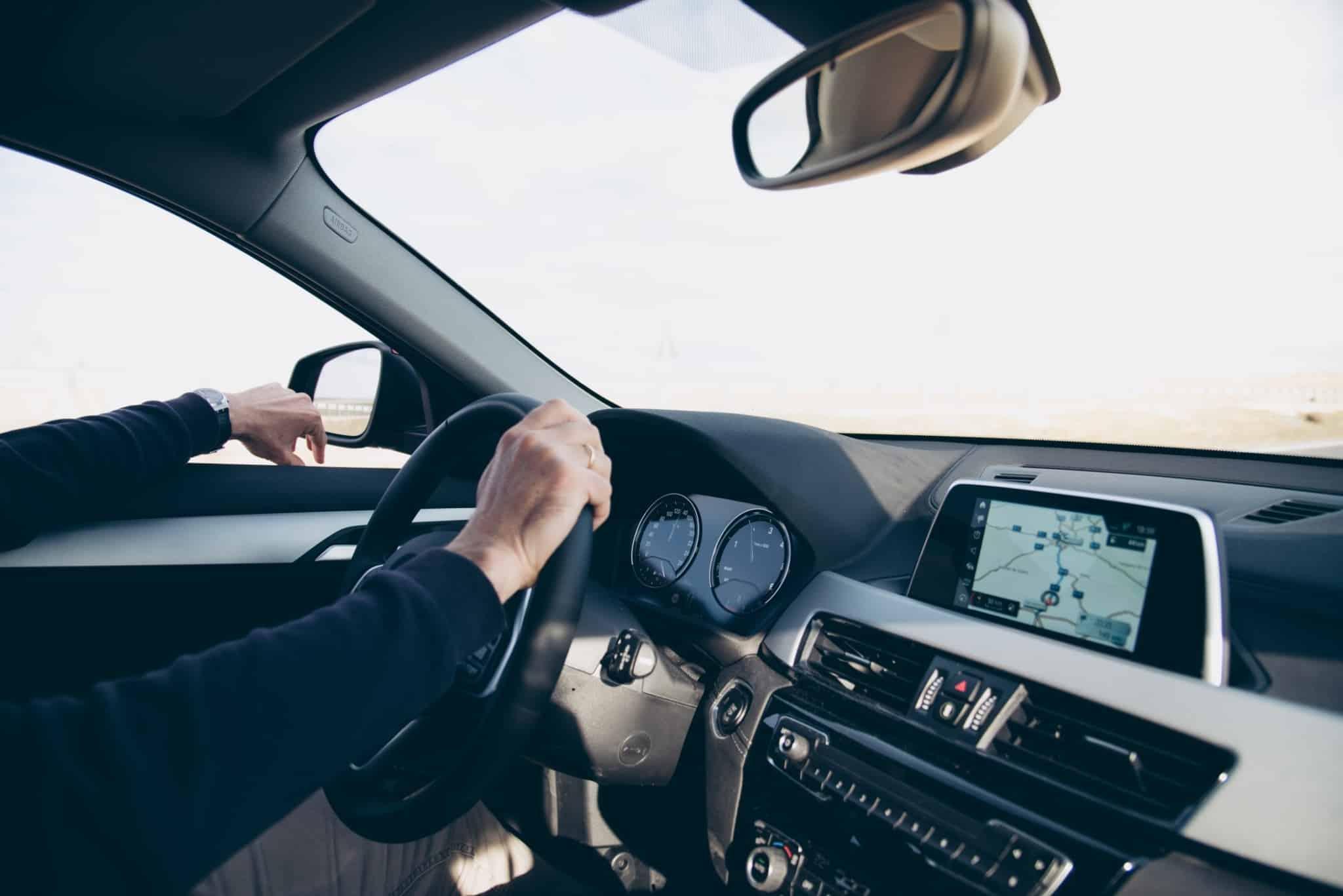 pessoa a conduzir carro com o gps ligado