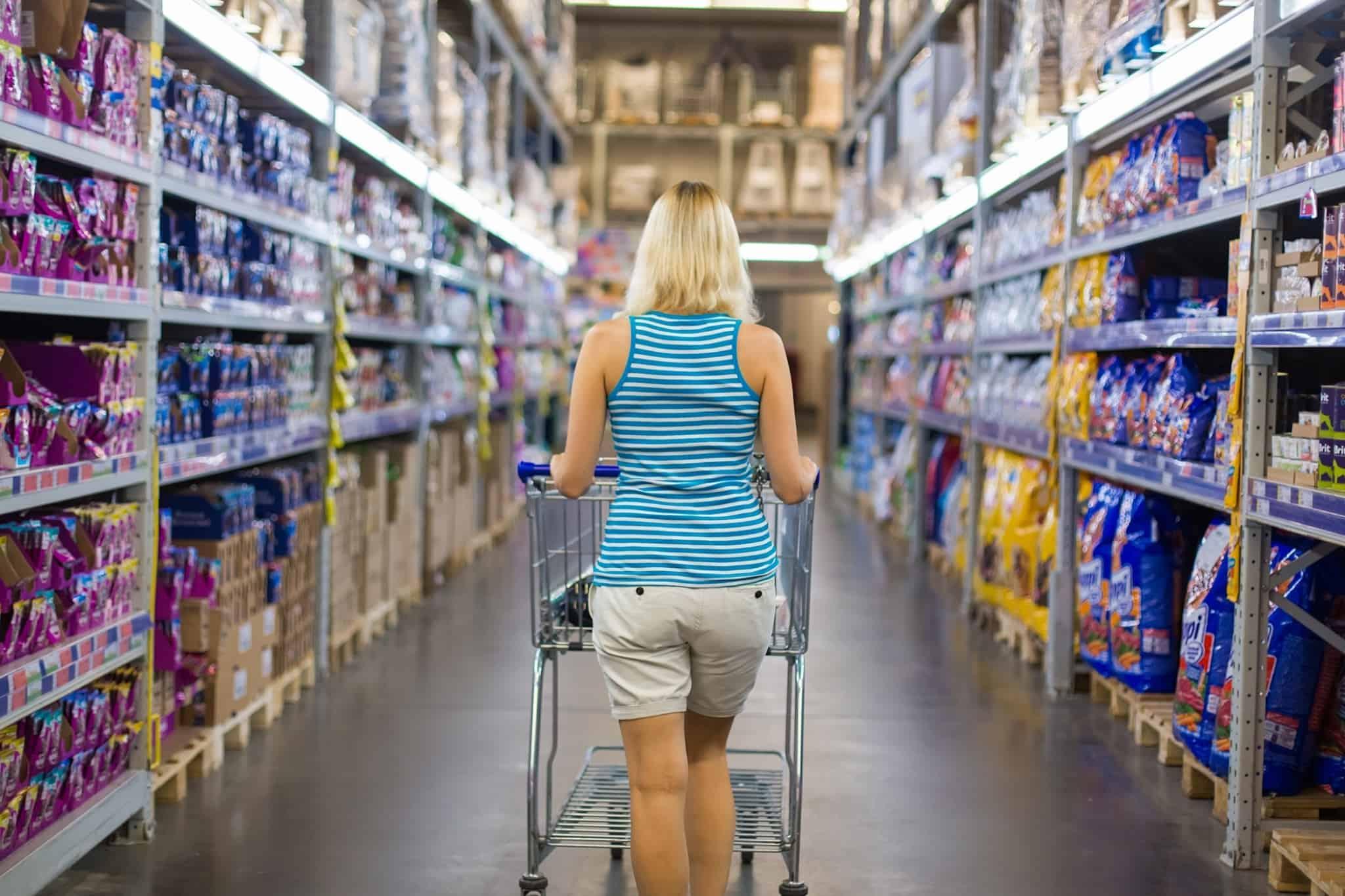 rapariga loira a fazer compras no supermercado