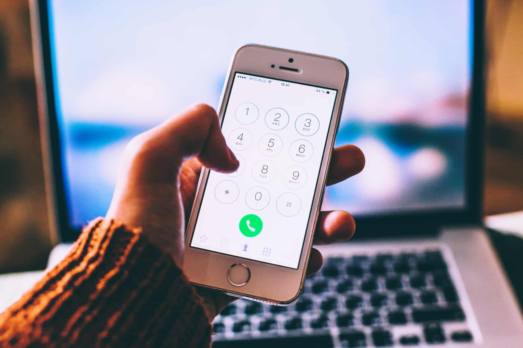 pessoal a usar telemóvel para fazer uma chamada