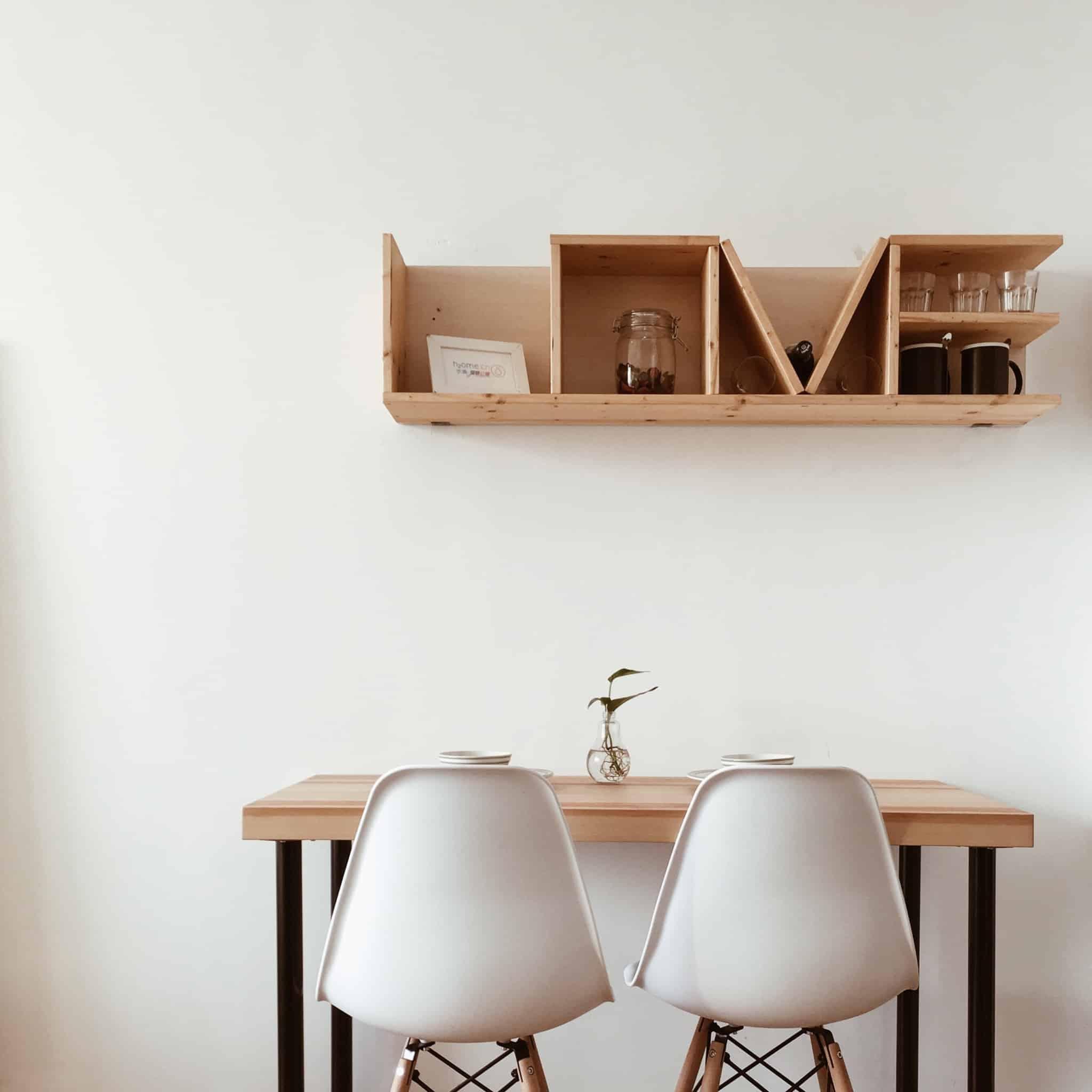 secretaria em casa com duas cadeiras brancas
