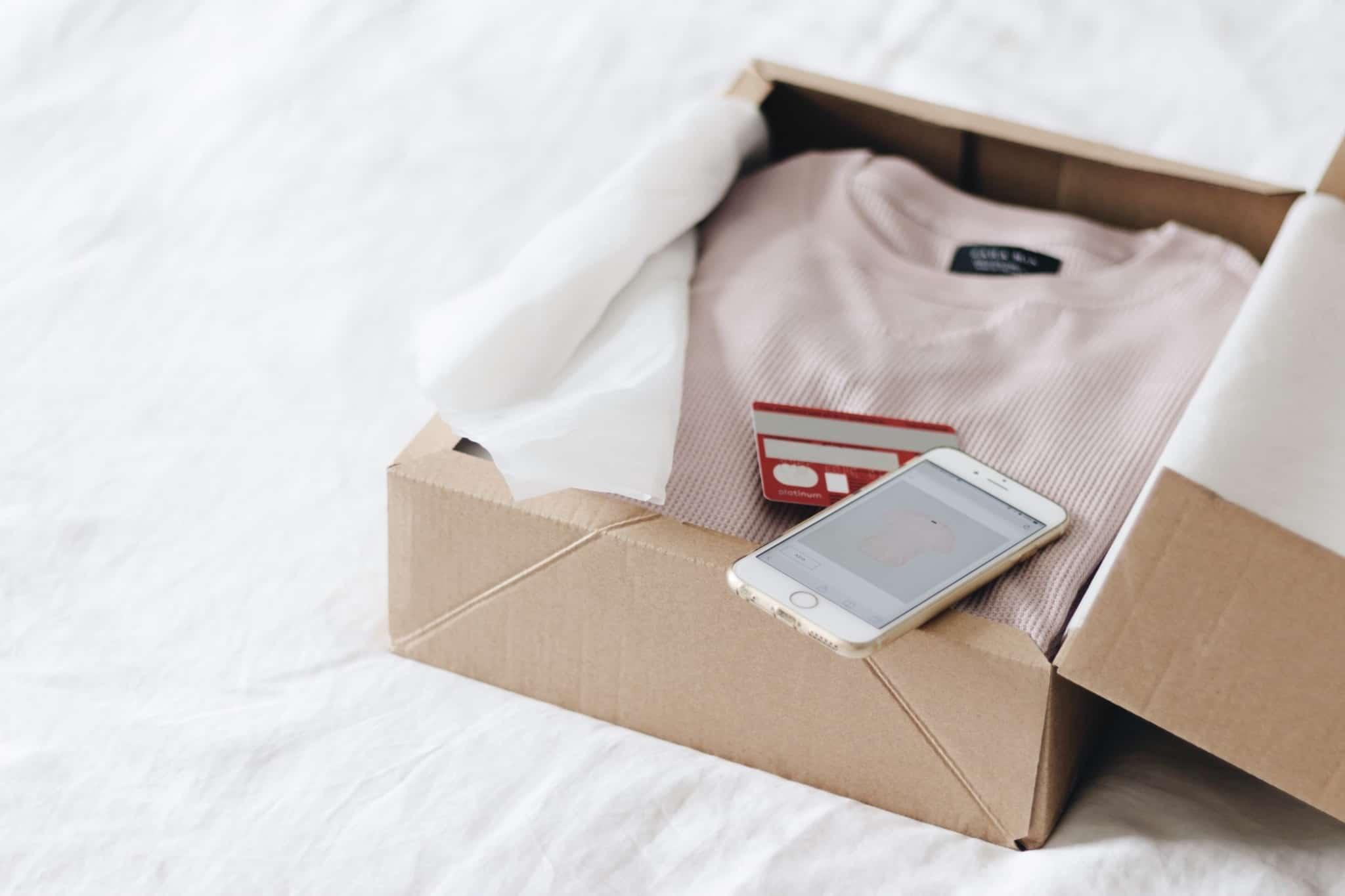 camisola cor de rosa dentro de caixa de cartão