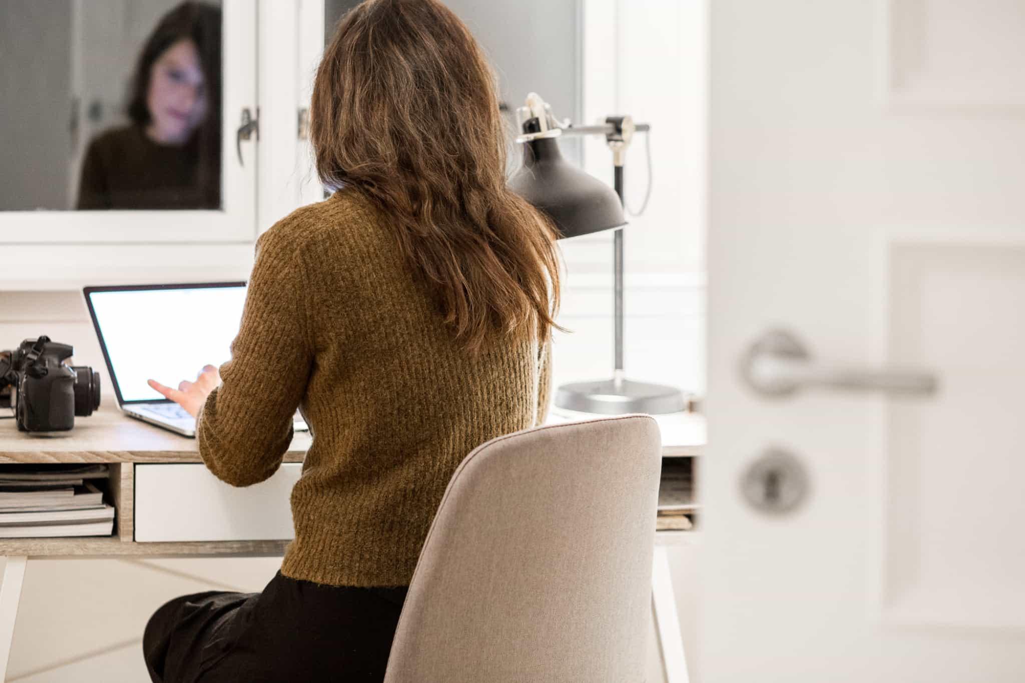 rapariga sentada à secretária a trabalhar
