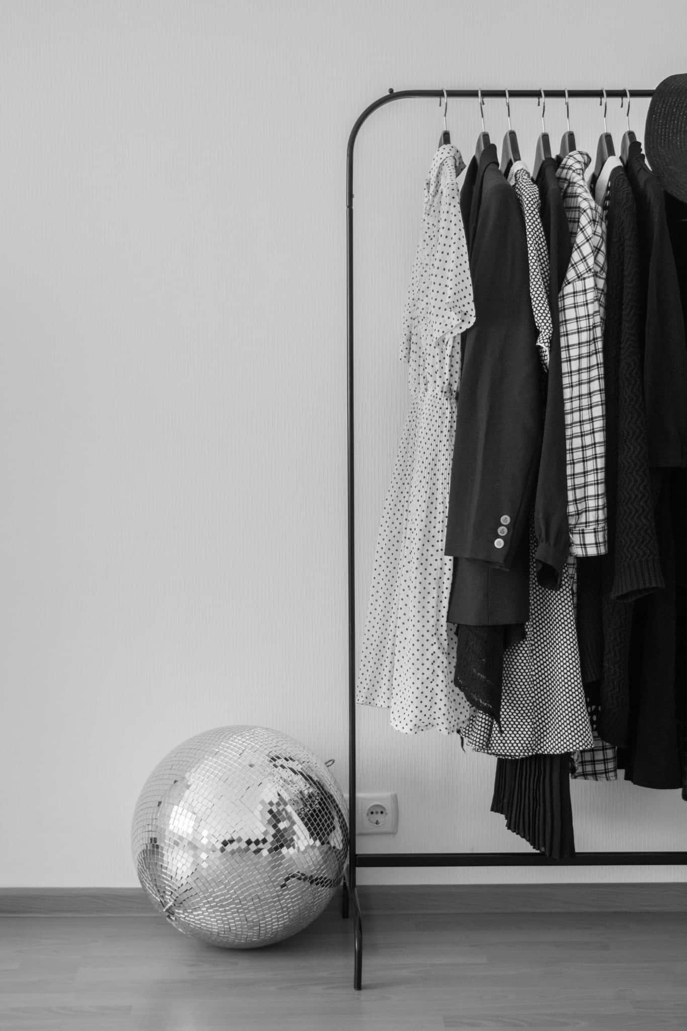 pequeno armário com vestidos pendurados