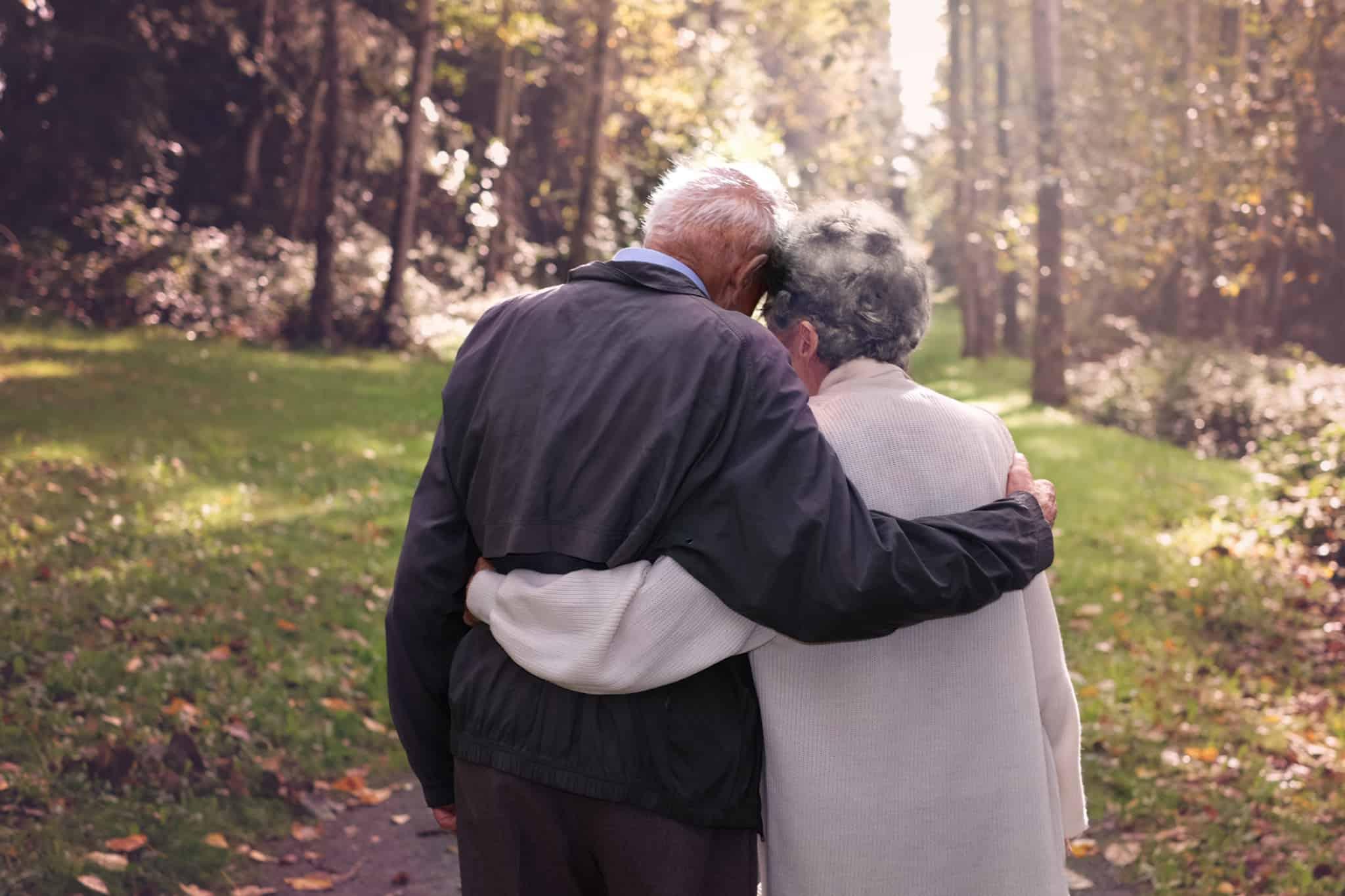 casal de idosos abraçados e felizes