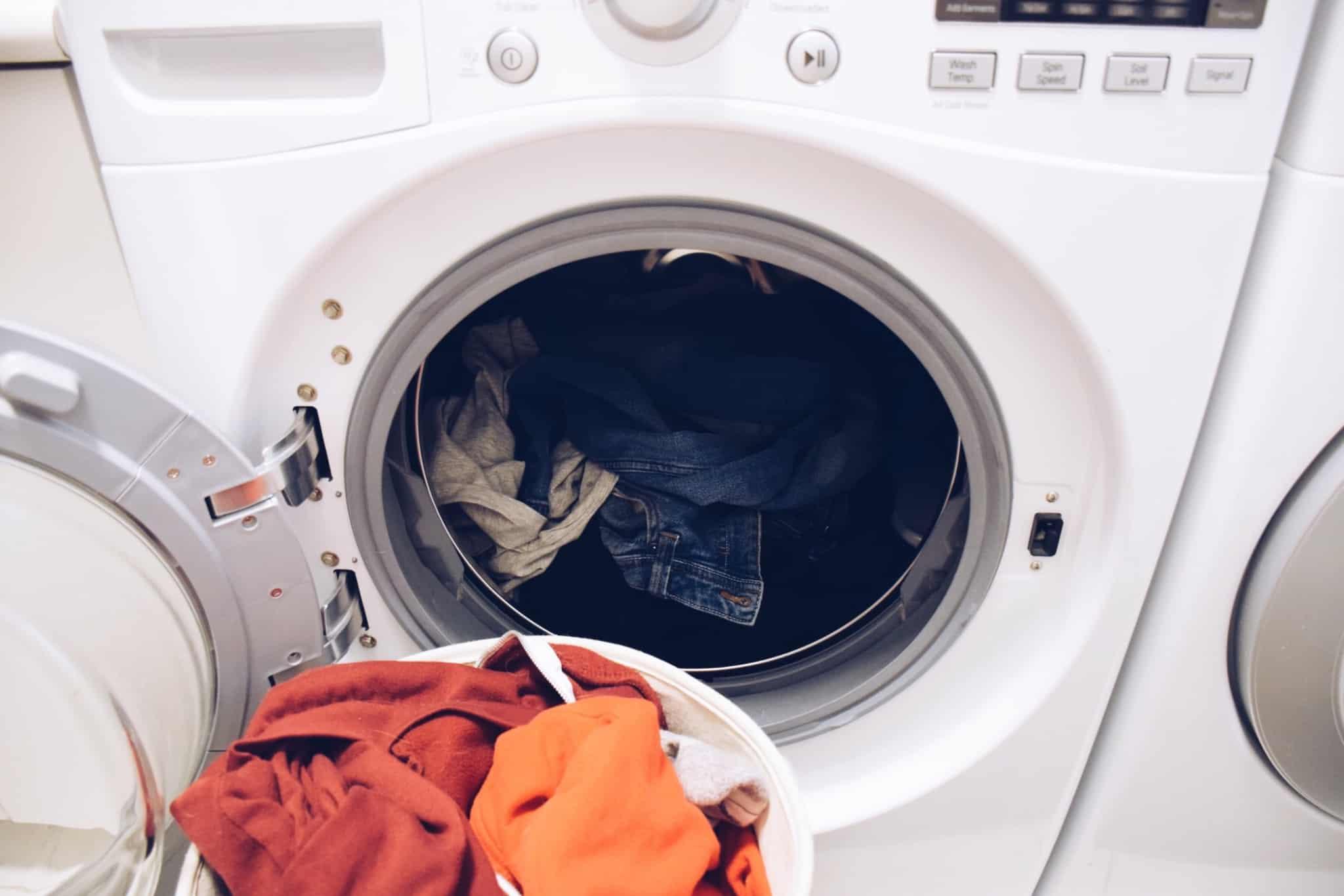 máquina de lavar roupa com calças de ganga lá dentro