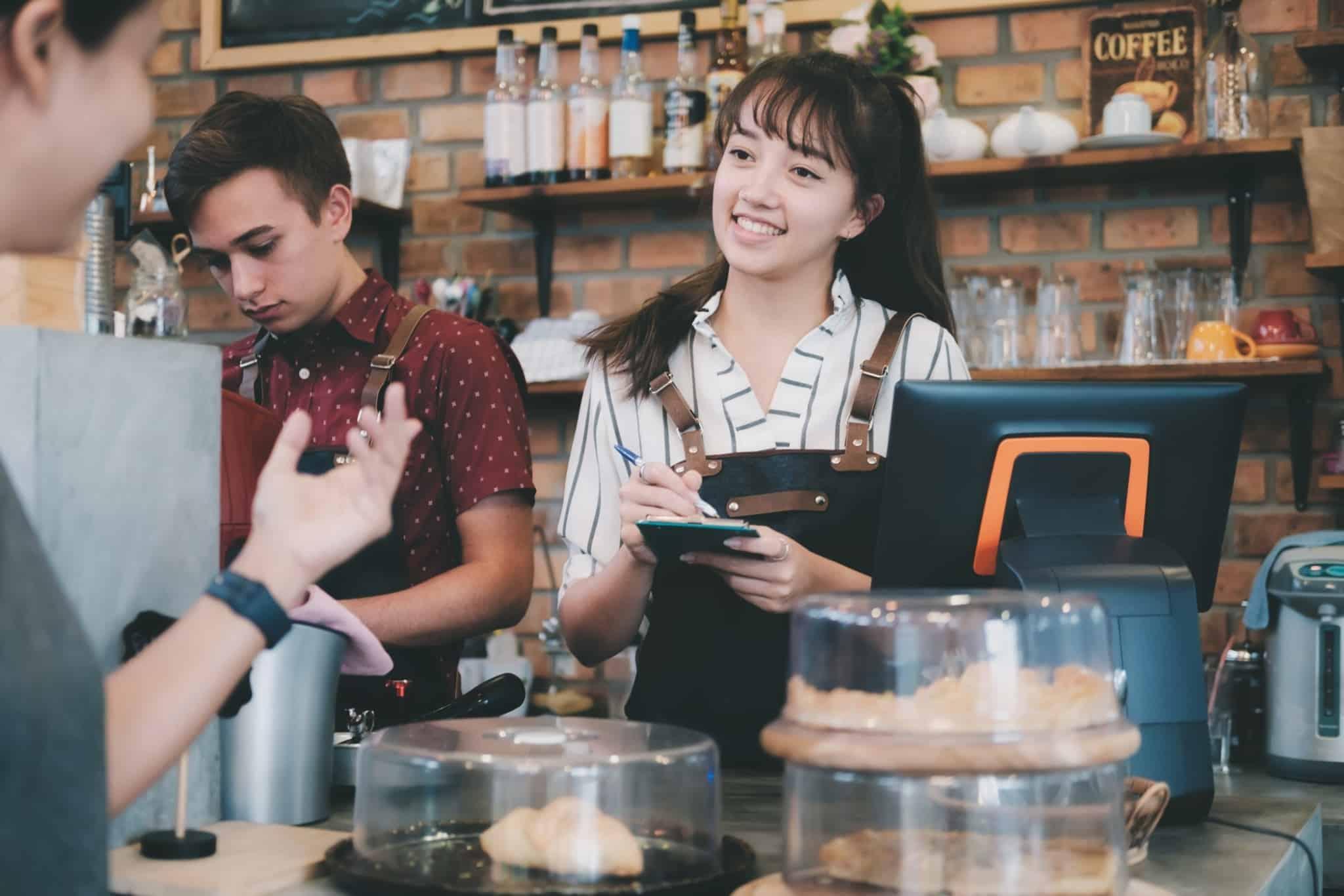 jovens a trabalhar como baristas num café