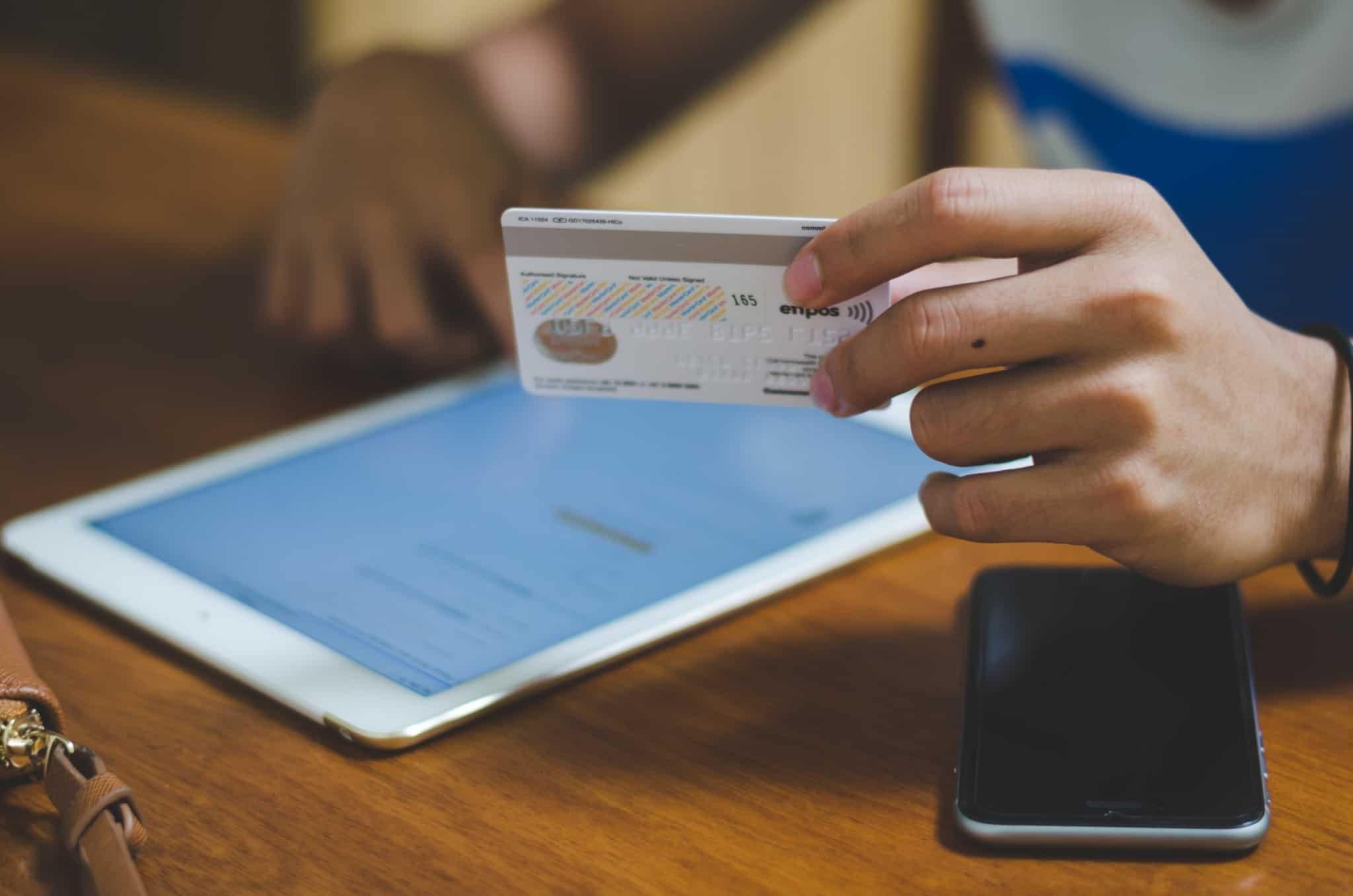 pessoa a pagar com cartão de débito