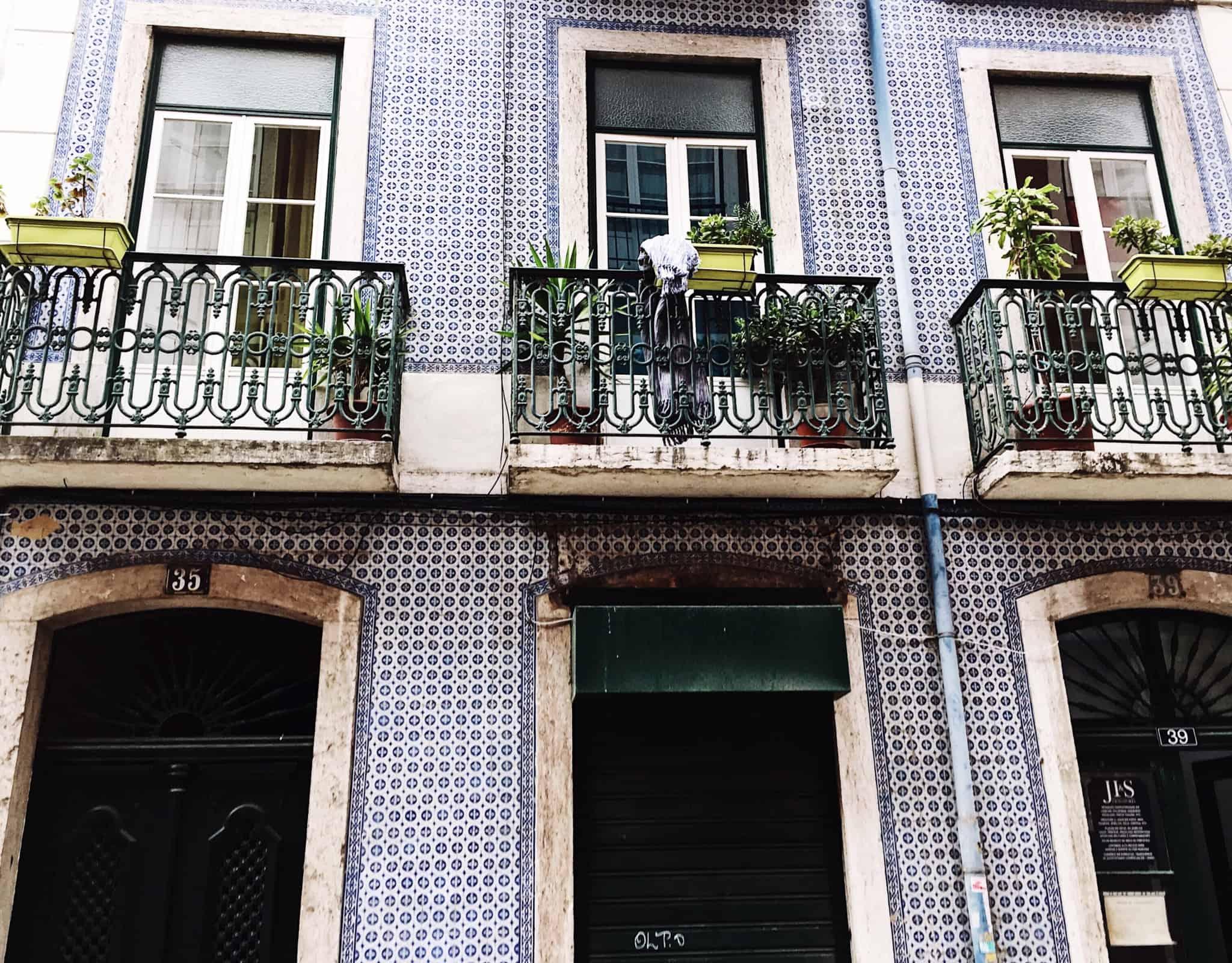janelas de um prédio em lisboa com azuleijos