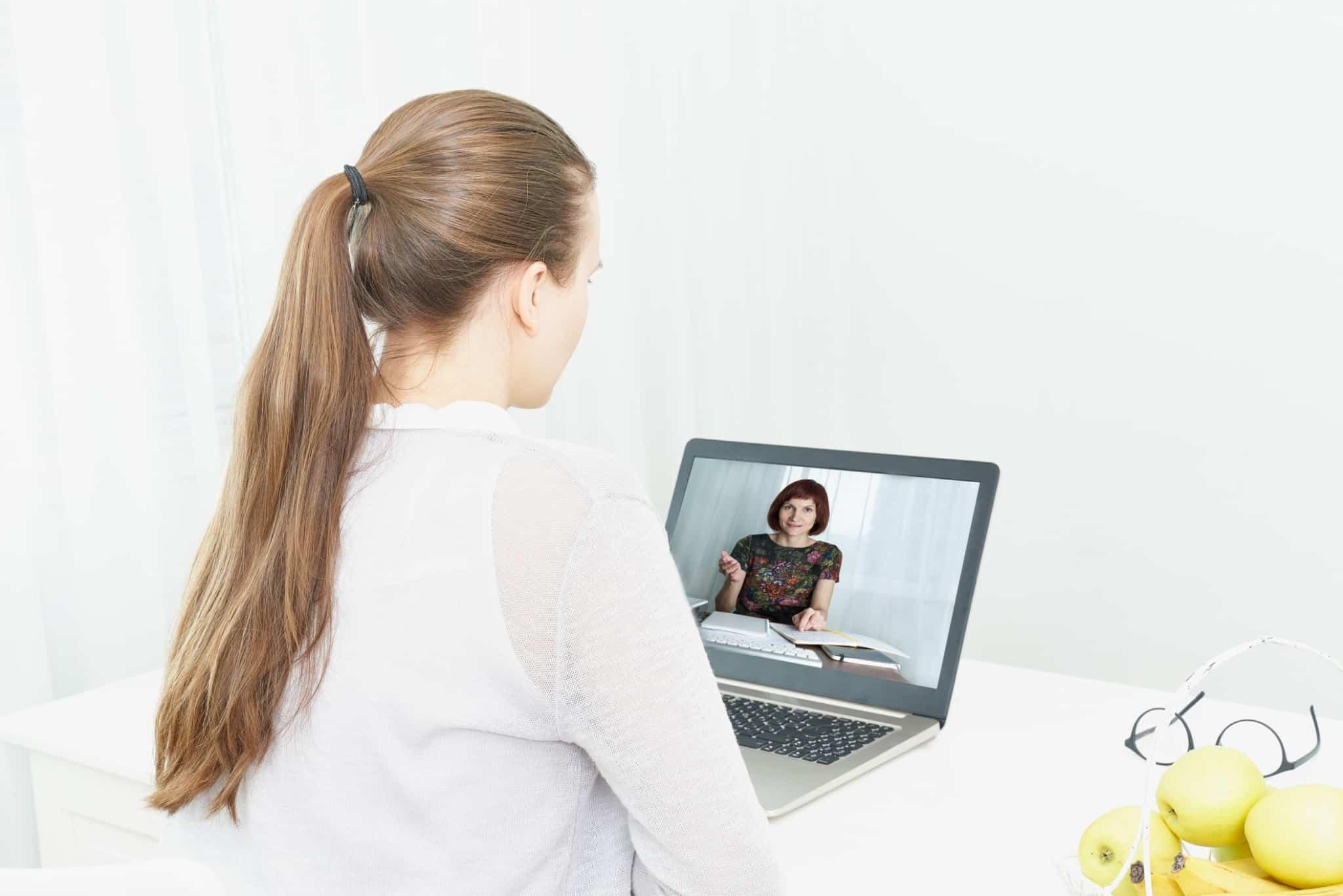 rapariga a fazer um curso online através de vídeo
