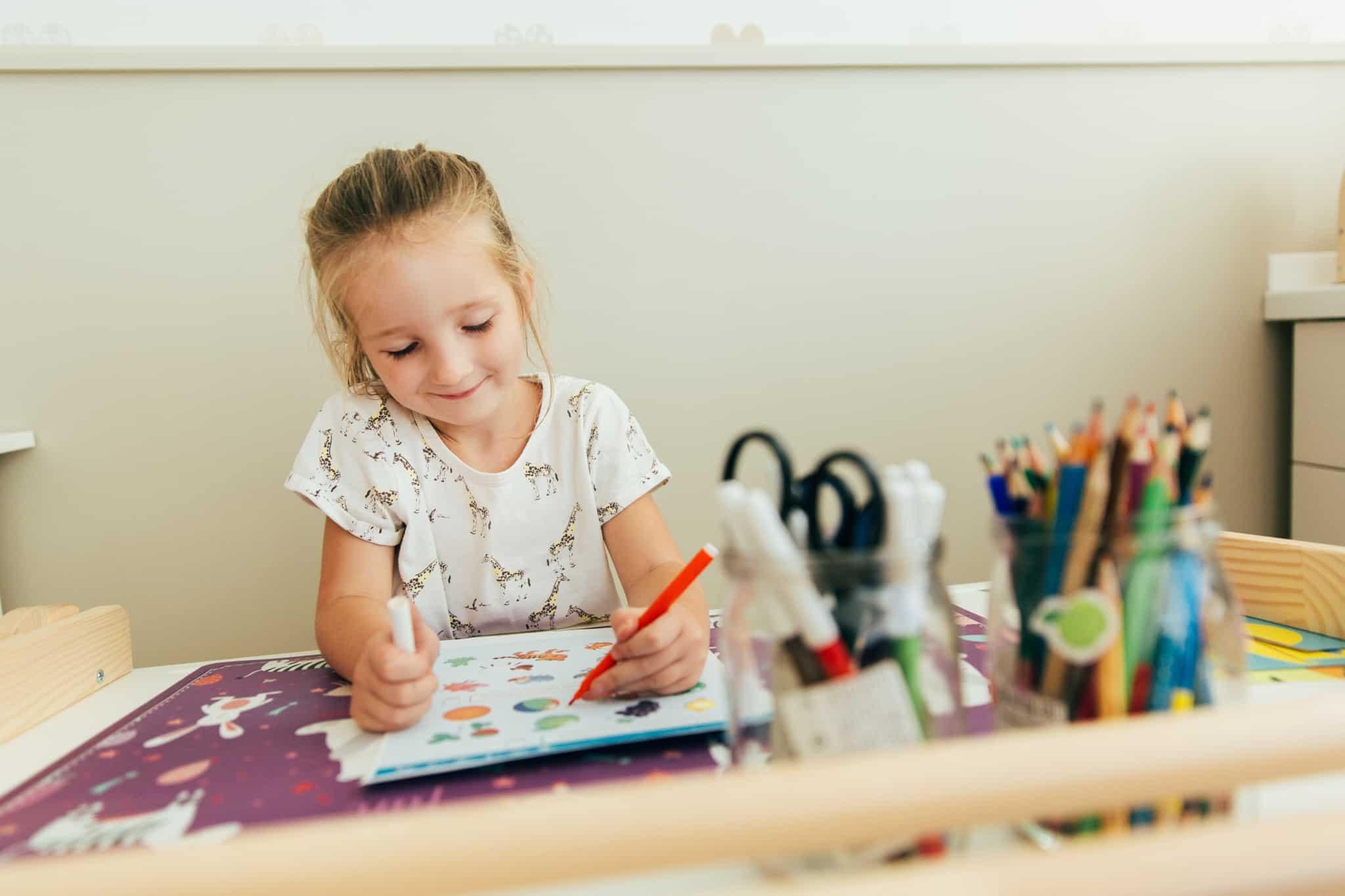 rapariga a fazer pinturas