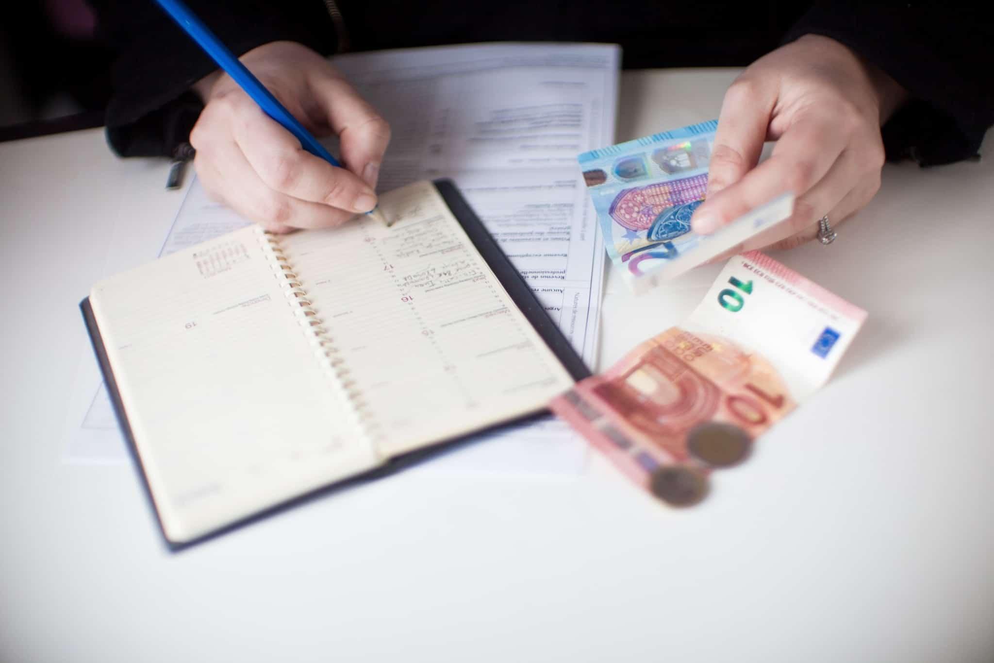 pessoa a fazer contas com notas de euros