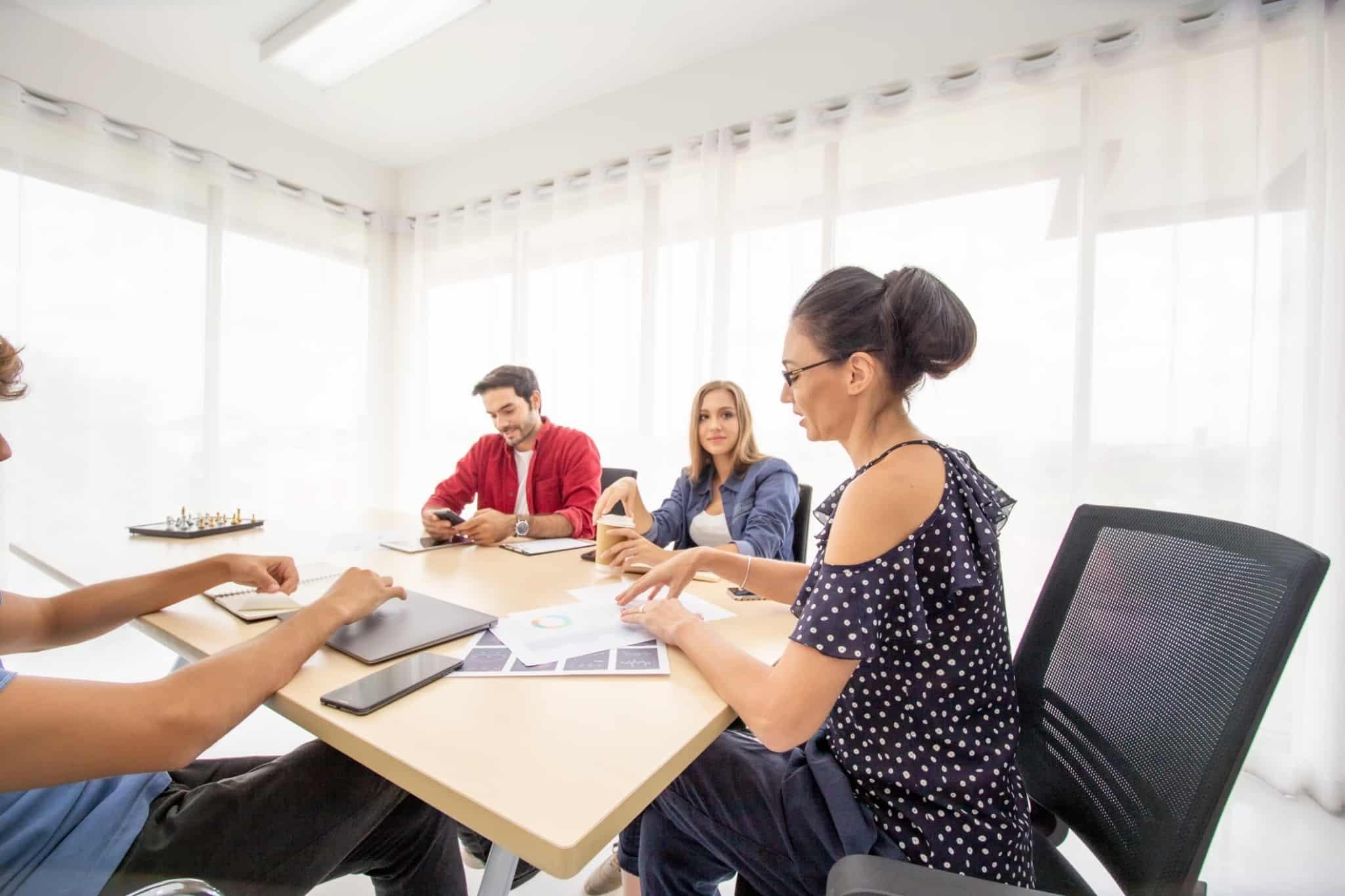 reunião numa startup com 4 pessoas