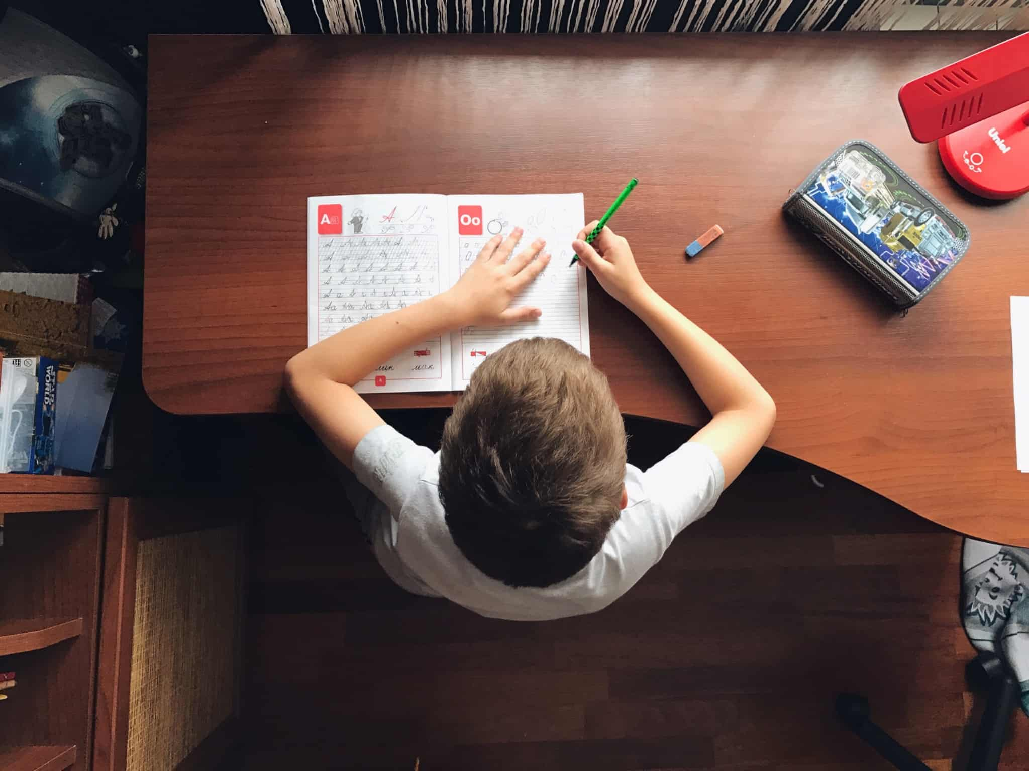 rapaz a escrever as letras do alfabeto