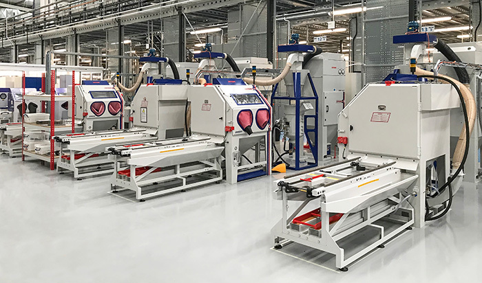 quatre systèmes de finition Guyson Euroblast 8 à alimentation à pression, comprenant une plateforme de chargement latéral