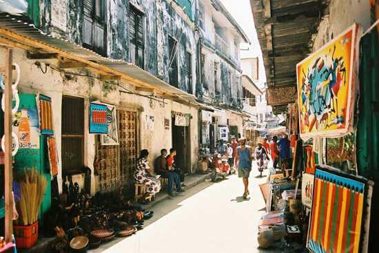 Belebte Gasse in der Altstadt von Stone Town auf Sansibar