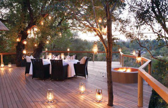 Außenbereich im Pioneer Camp in romantischer Laternen-Beleuchtung