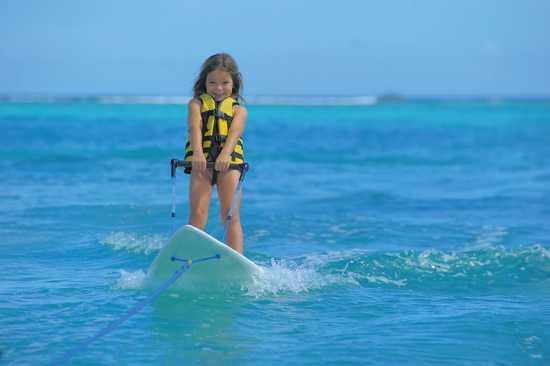 Mädchen beim Wasserski im türkisblauen Wasser
