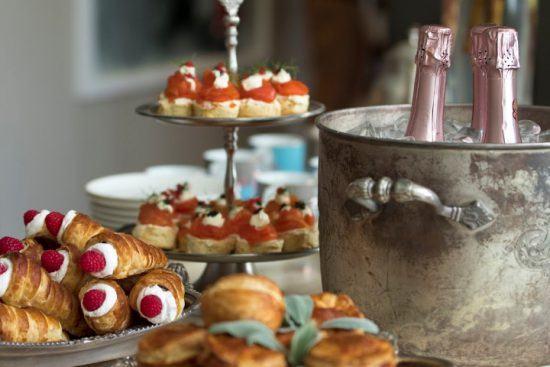 Buffet avec petits fours, mini viennoiseries et champagne rosé à MannaBay.