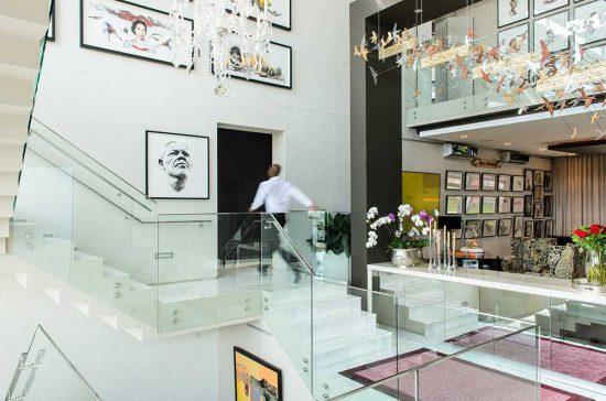 Os interiores de MannaBay são espaçosos e repletos de obras de arte fascinantes