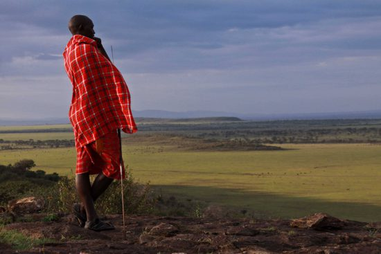 Guerreiro Masai observa planícies