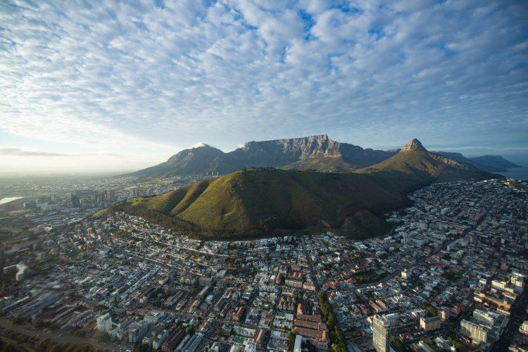 Kapstadt mit Tafelberg, Lion's Head und Signal Hill aus der Vogelperspektive