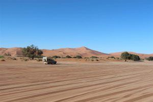 4x4 sur route dans les dunes de sable à sossuvlei en namibie