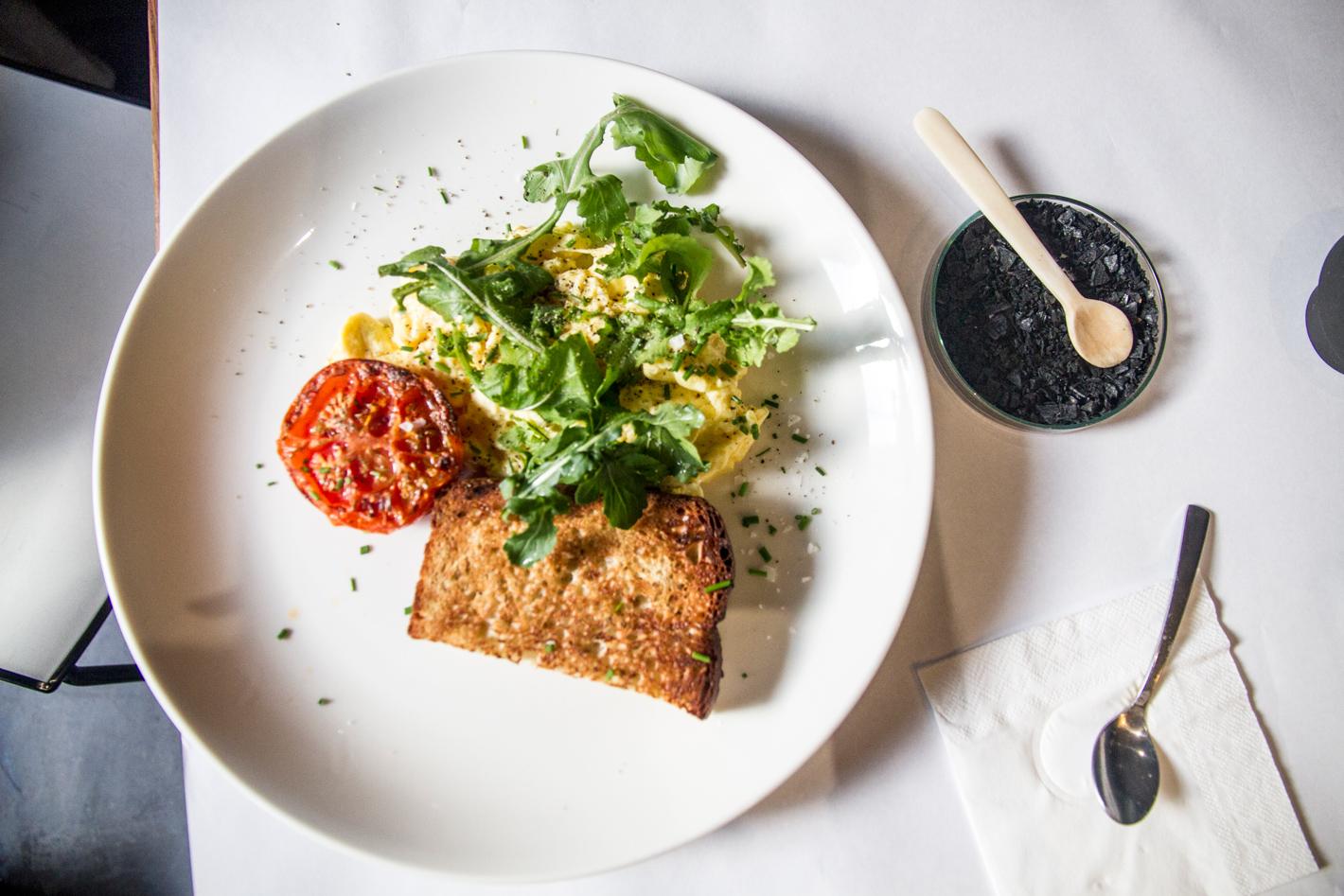 Hemel Huijs breakfast of scrambled egg, roasted tomato and mosbolletjie toast