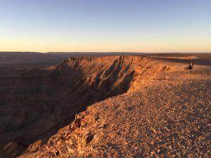femme assise admirant la vue au sommet du fish river canyon