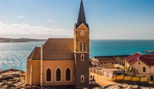 église style colonial allemand surplombant l'océan à luderitz namibie