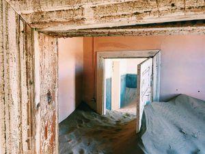 maison remplie de sable au village abandonné kolmanskop en namibie