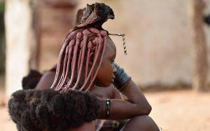 Femme Himba en habits traditionnels proche de la rivière de Kunene au Nord de la Namibie