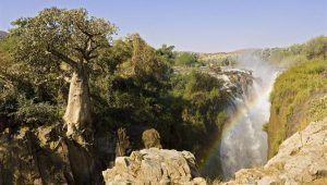 Rivière et cascade de Kunene au Nord de la Namibie