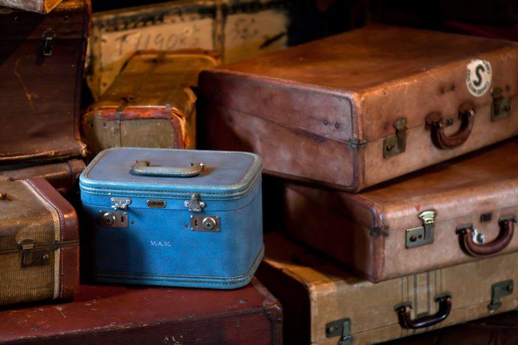 Safari-Packliste: Alte Koffer liegen gestapelt aufeinander