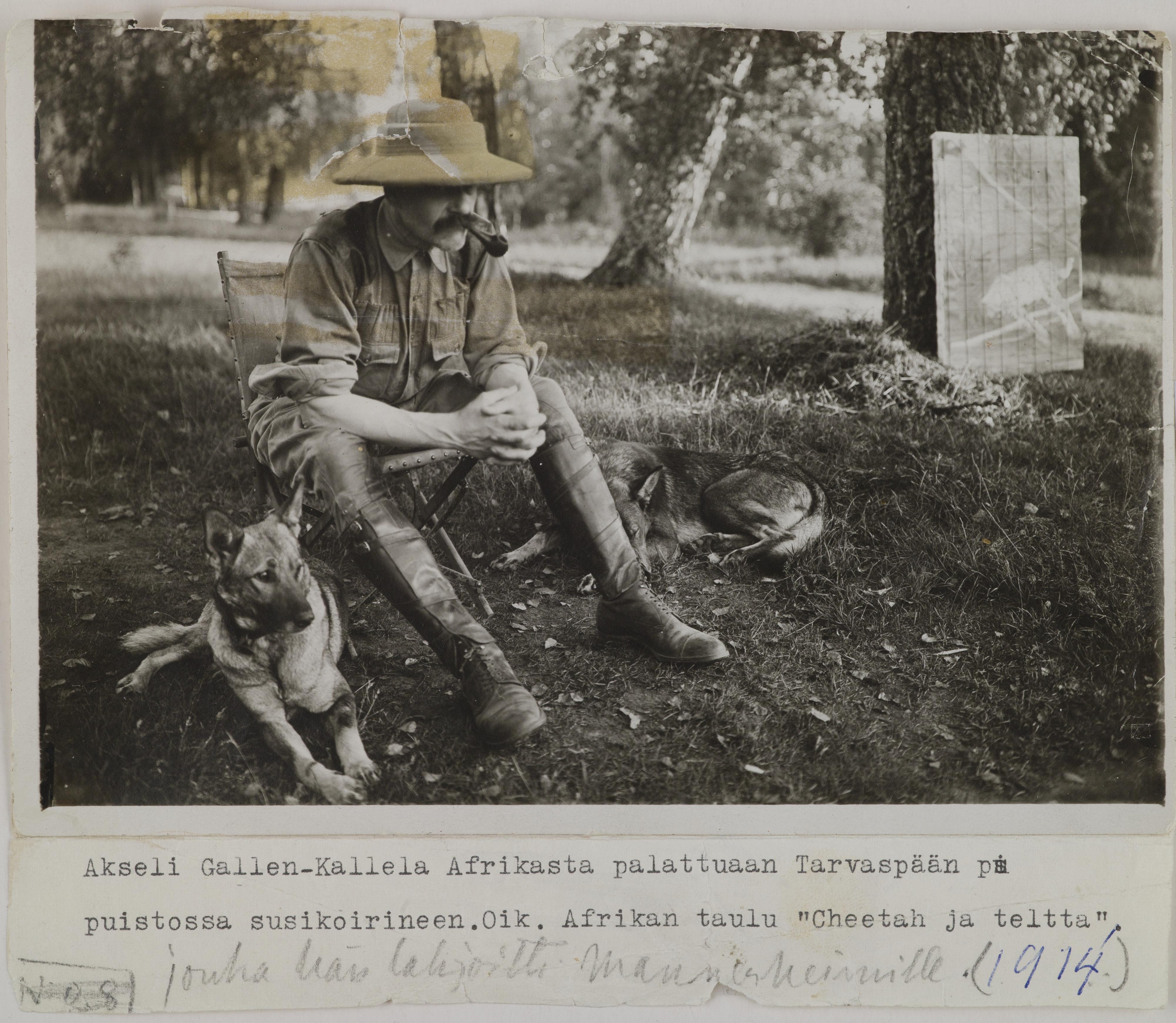 Altes Foto von einem Mann und seinem Schäferhund im Urlaub aus dem Jahr 1914