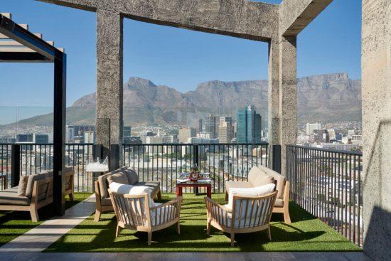 O rooftop bar de The Silo possui uma visão de camarote das icônicas montanhas da cidade