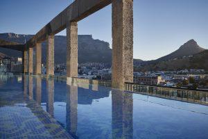 Vue du Cap avec Table Mountain en arrière-plan depuis la piscine du Silo Hotel, au V&A Waterfront