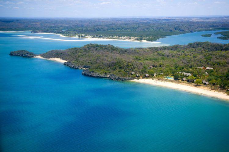 Blaues Meer und ein wenig Festland auf Madakaskar