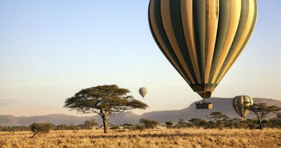 Gehört mit zu den außergewöhnlichen Safaris in Afrika: Heißluftballons über der Savanne in Kenia