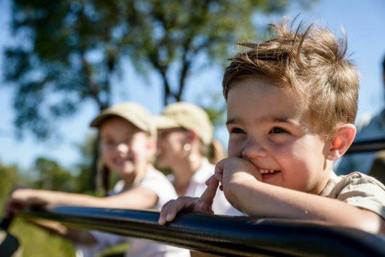 Kinder auf einer Pirschfahrt im Singita Private Game Reserve