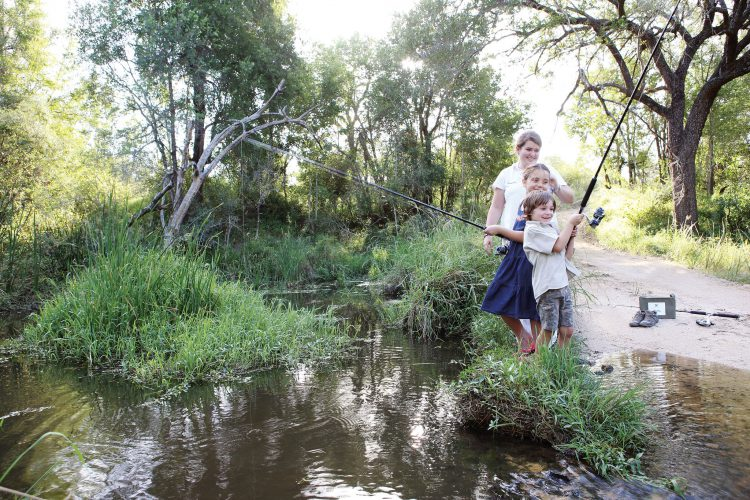 Niños pescando en la Reserva Privada de Animales Londolozi