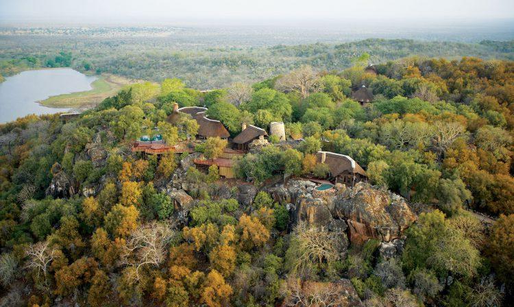 Häuser mitten im Wald in Simbabwe