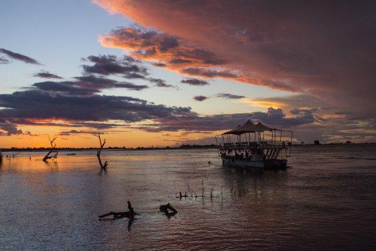 Croisière au coucher du soleil sur la rivière Chobe au Botswana.