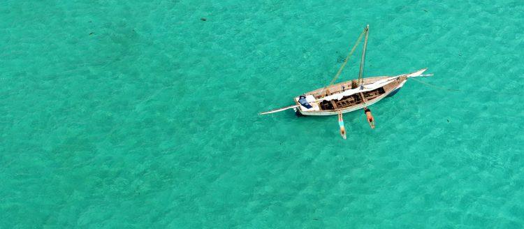 im grünen Meehr ist ein kleine Boot