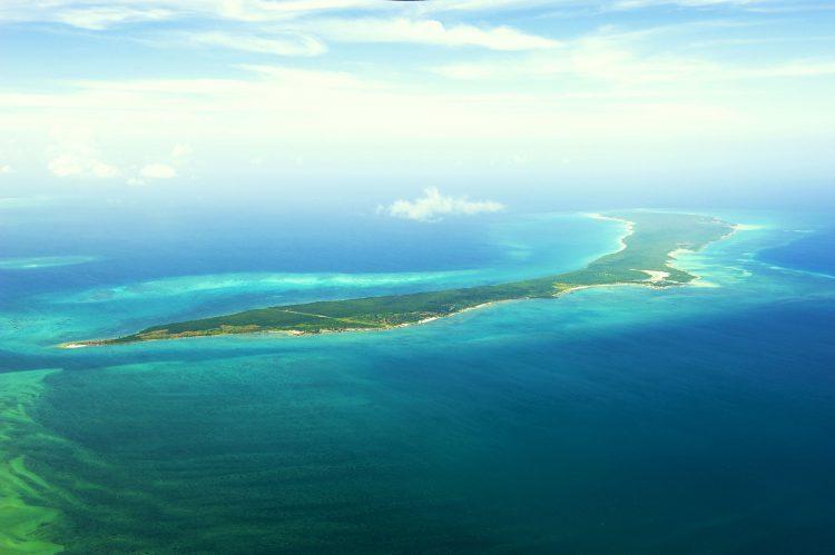 Luftaufnahme von Meehr uns Insel in Mosambik