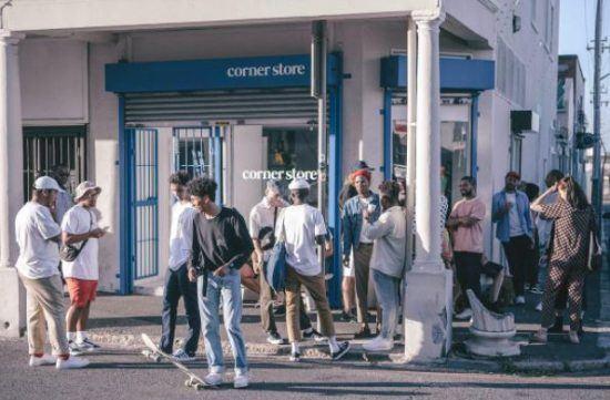 Jovens se divertem na frente da Corner Store