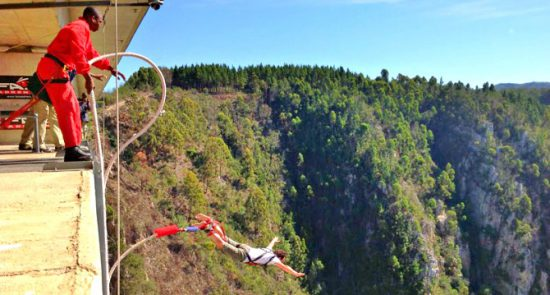 Um típico salto de bungee jump na África do Sul