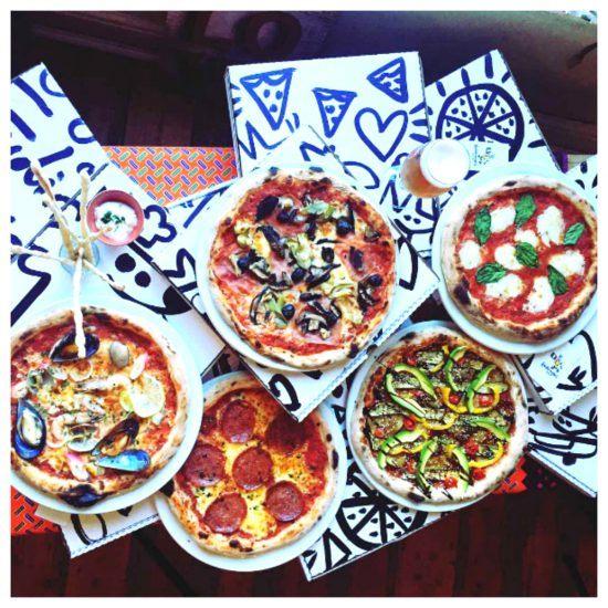 Verschiedene Pizzas aus der Vogelperspektive